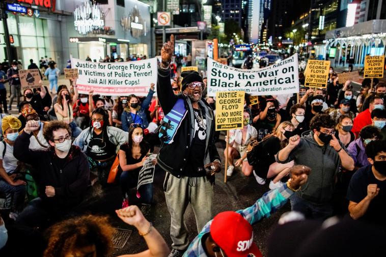 תגובות בארה''ב להרשעת השוטר דרק שאובין ברצח ג'ורג' פלויד (צילום: REUTERS/Eduardo Munoz)