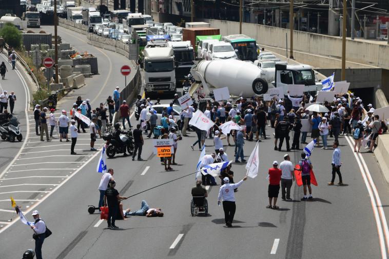 הפגנת נכי צה''ל בכביש איילון (צילום: אבשלום ששוני)