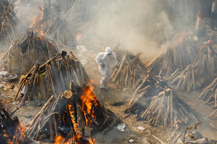 שריפת גופות בהודו (צילום: REUTERS/Adnan Abidi)