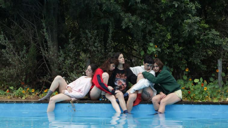 מיצג ''האחיות הטובות'' (צילום: טל מיכאל הרינג)