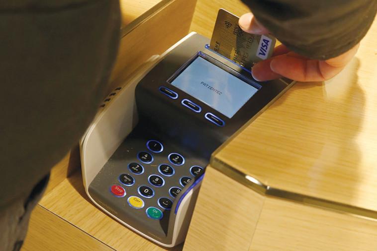 שימוש בכרטיס אשראי (צילום: רויטרס)
