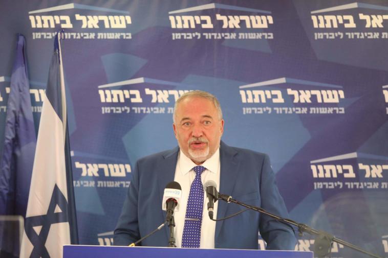 אביגדור ליברמן בישיבת סיעת ישראל ביתנו (צילום: מרק ישראל סלם)