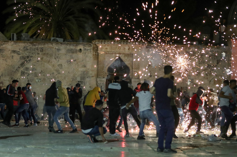 מאות התפרעו עם כוחות הביטחון בהר הבית (צילום: רויטרס)