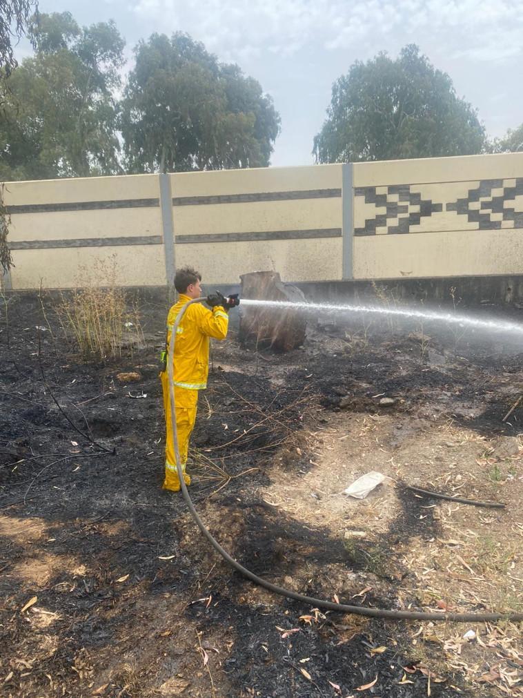 כבאי בעת ניסיונות ההשתלטות על שריפה (צילום: כבאות והצלה)
