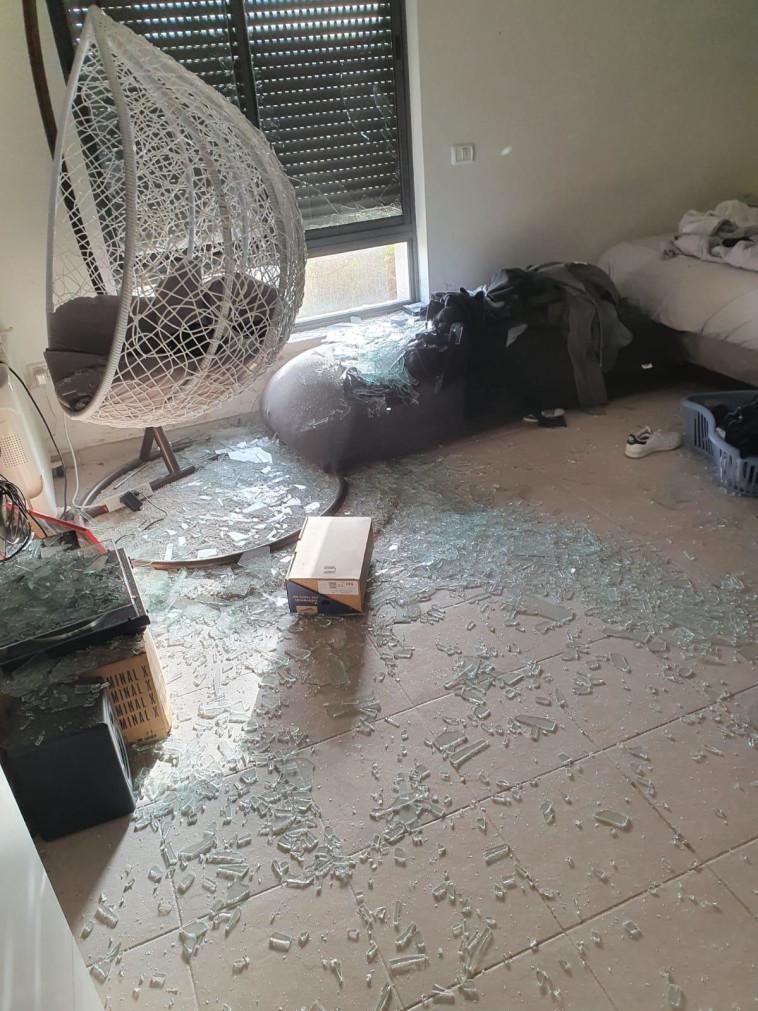 נזק לבית במבשרת ציון (צילום: חדשות הדממה מתוך פייסבוק)