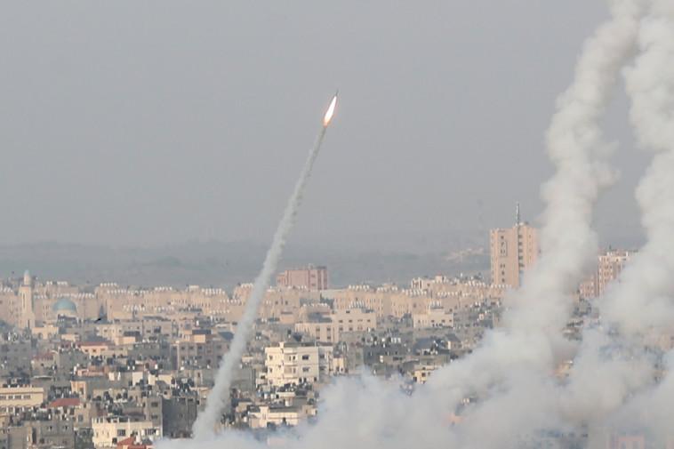 שיגור רקטות מרצועת עזה לשטח ישראל (צילום: REUTERS/Mohammed Salem)