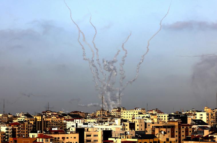 שיגור רקטות מרצועת עזה לשטח ישראל (צילום: MAHMUD HAMS/AFP via Getty Images)