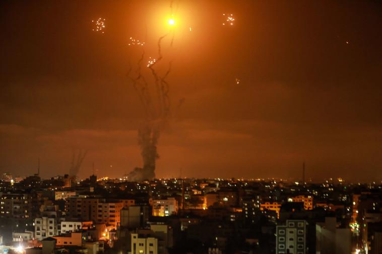שיגור רקטות לעבר עוטף עזה (צילום: רויטרס)