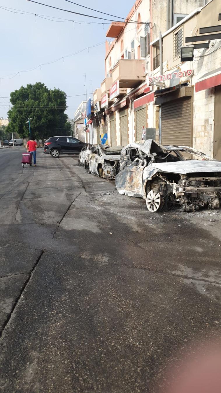 מכוניות שהוצתו הלילה בלוד (צילום: עו''ד א.פ)
