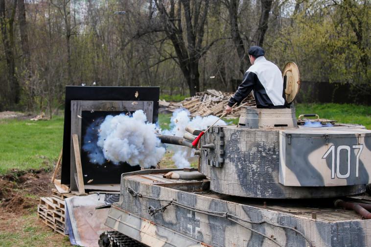 רויטמן יורה צבע מתוך טנק ממלחמת העולם השנייה (צילום: רויטרס)