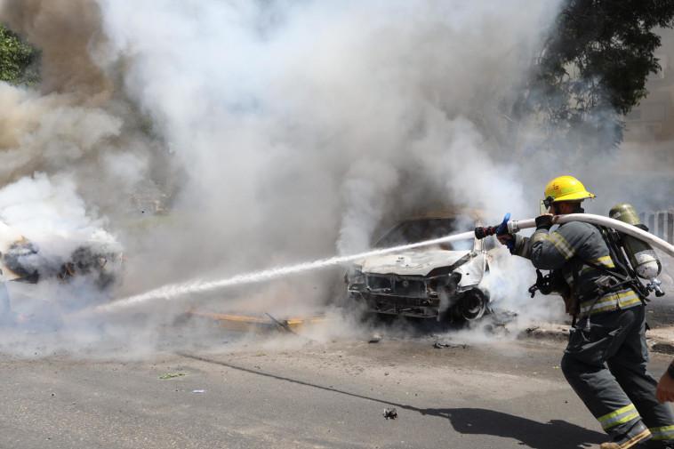כיבוי שריפה שפרצה מפגיעת רקטה (צילום: דוברות כבאות והצלה)