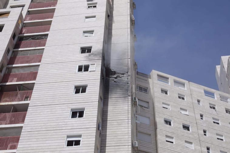 פגיעה ישירה בבניין מגורים באשקלון (צילום: מרק ישראל סלם)
