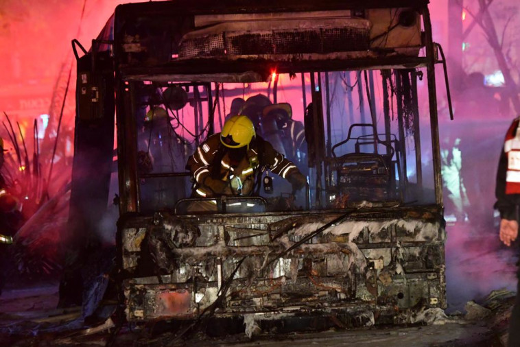 הפגיעה באוטובוס בחולון (צילום: אבשלום ששוני)