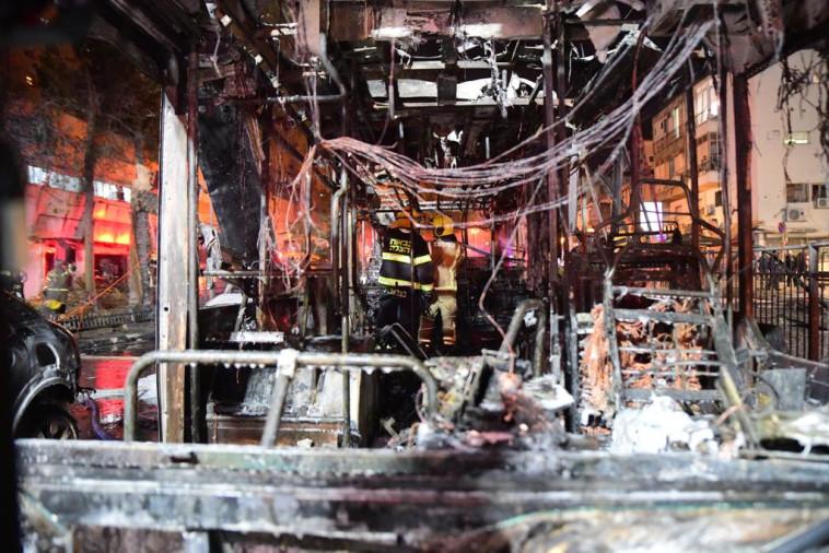 האוטבוס המפוצץ בחולון (צילום: אבשלום ששוני)