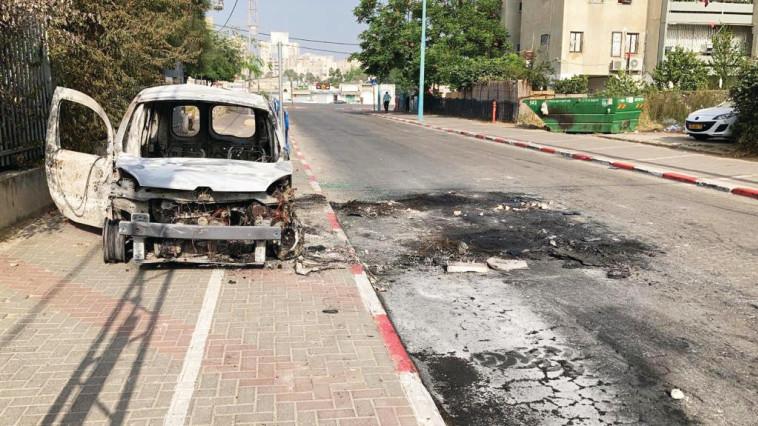 רכב שהוצת בלוד לאחר התפרעויות (צילום: יוסי אלוני, פלאש 90)