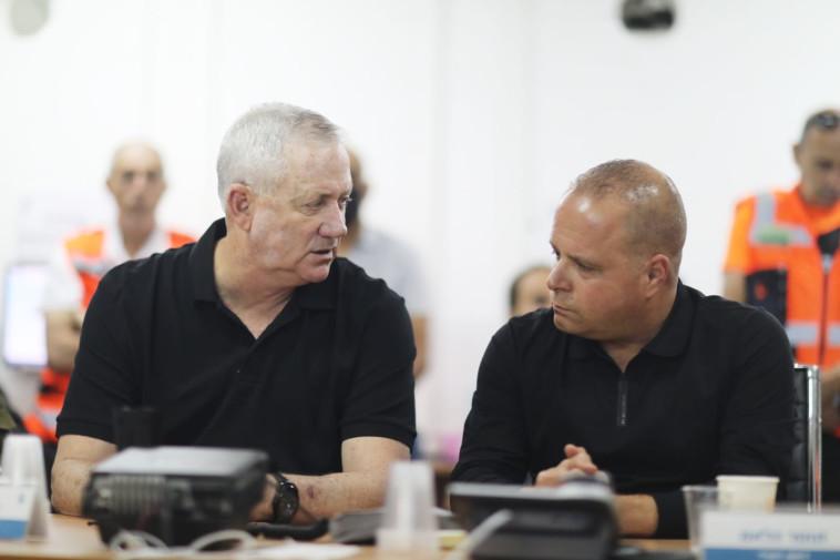 שר הביטחון בני גנץ וראש עיריית אשקלון תומר גלאם  (צילום: אריאל חרמוני / משרד הביטחון)