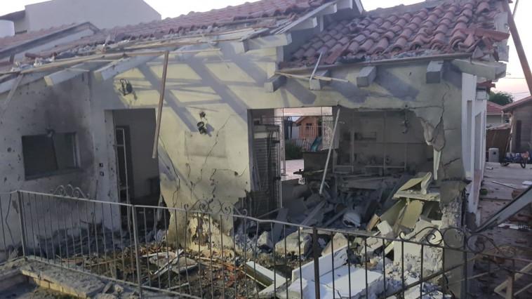 בית שנפגע מרקטה באשקלון (צילום: דוברות עיריית אשקלון)