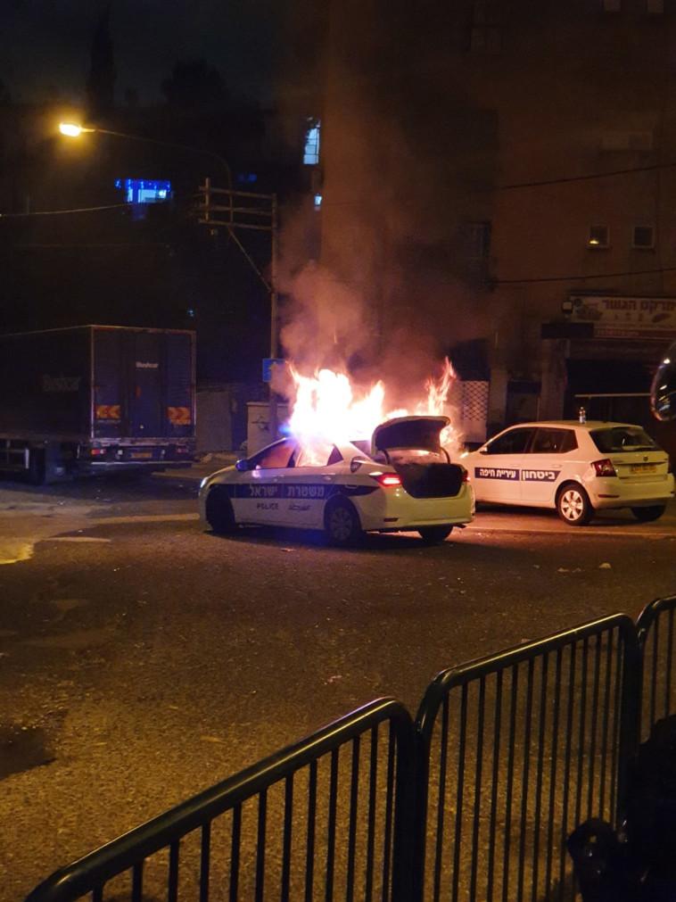שריפת ניידת משטרה בחיפה (צילום: דוברות המשטרה)