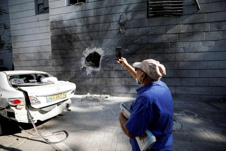 פגיעה ישירה בבית באשקלון (צילום: רויטרס)