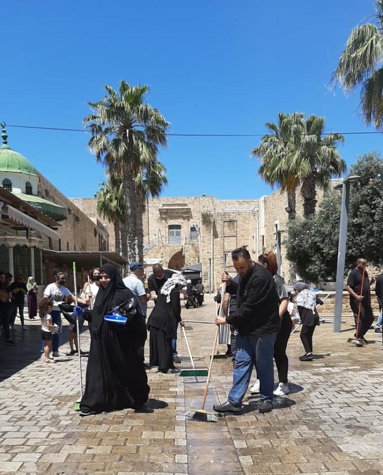 תושבי עכו מנקים את העיר העתיקה אחרי הפרות הסדר (צילום: זו הדרך)