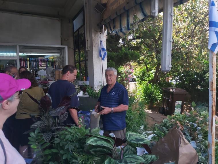 עשרות אנשים הגיעו לתמוך בחנות הפרחים שנפגעה מרקטה (צילום: משה כהן)