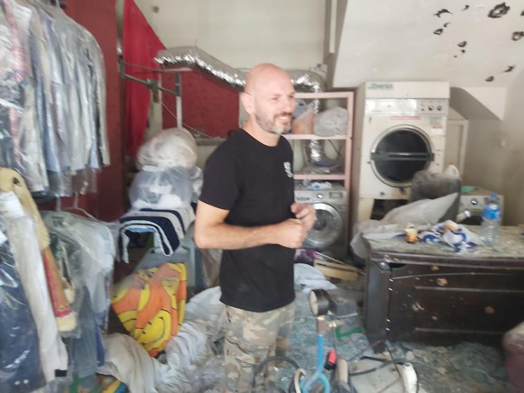 המכבסה של קובי גלוב שנפגעה מירי הרקטות (צילום: משה כהן)