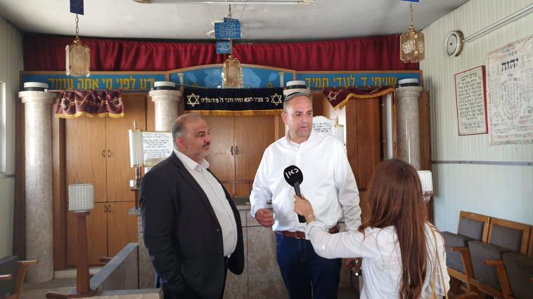 מנסור עבאס ויאיר רביבו בבית כנסת בלוד (צילום: דוברות עיריית לוד)