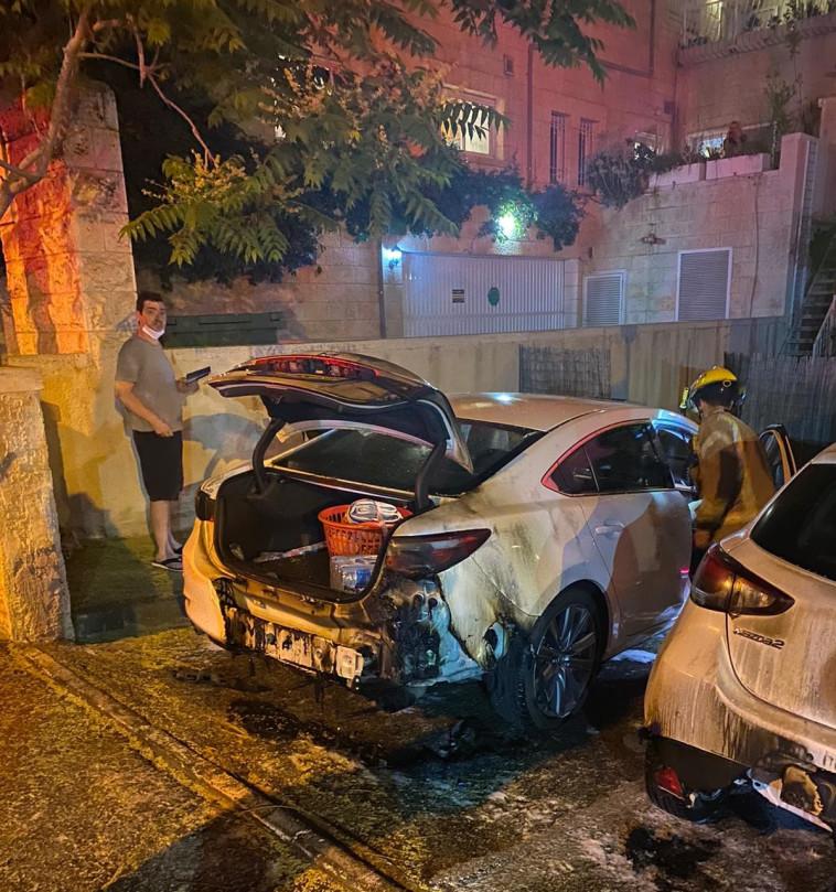 הרכבים שהוצתו באבו טור (צילום: דוברות כבאות והצלה)