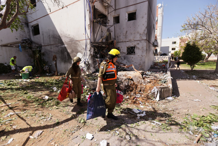 Home Front Command soldiers assist Ashkelon residents (Photo: Reuters)