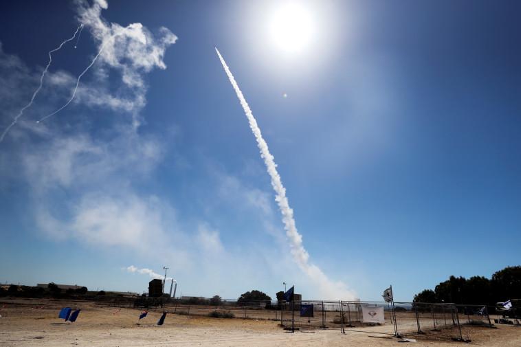 מערכת כיפת ברזל בעת יירוט (צילום: REUTERS/Ammar Awad)