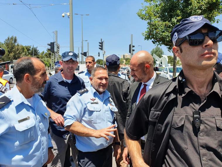 El ministro Amir Ohana y el comisionado de policía Ranz Kobi Shabtai en el lugar del ataque en Jerusalén (Foto: Portavoz de la policía)