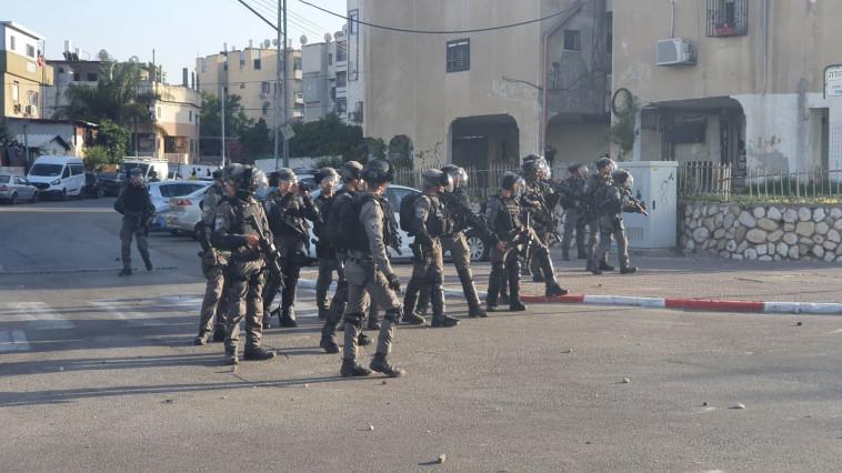 זריקת אבנים לעבר שוטרים בלוד (צילום: דוברות המשטרה)