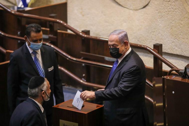 ראש הממשלה בנימין נתניהו מצביע בבחירות לנשיאות (צילום: נועם מושקוביץ, דוברות הכנסת)