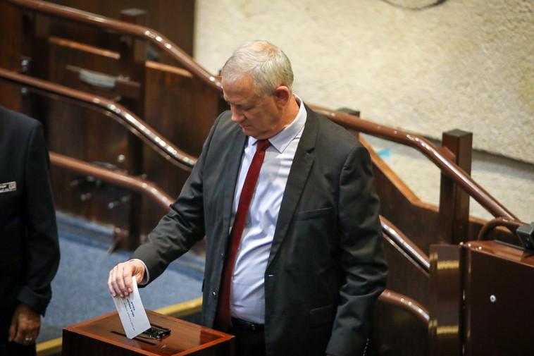 בני גנץ מצביע בבחירות לנשיאות (צילום: נועם מושקוביץ, דוברות הכנסת)