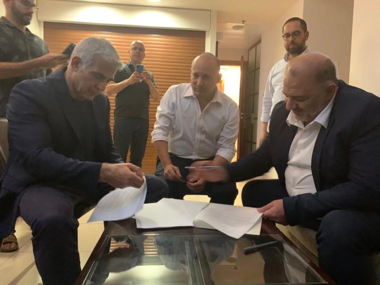 עבאס, בנט ולפיד חותמים על ההסכם הקואליציוני (צילום: דוברות רע''מ)
