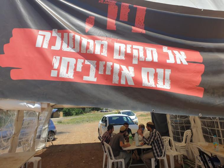 אוהל המחאה מחוץ לביתו של ניר אורבך בפתח תקווה (צילום: י. כהן)