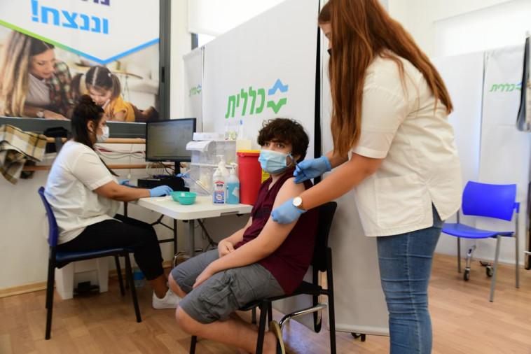 בני נוער מתחסנים נגד קורונה מתחם החיסונים של מחוז דן-פ''ת בכללית (צילום: אבשלום ששוני)