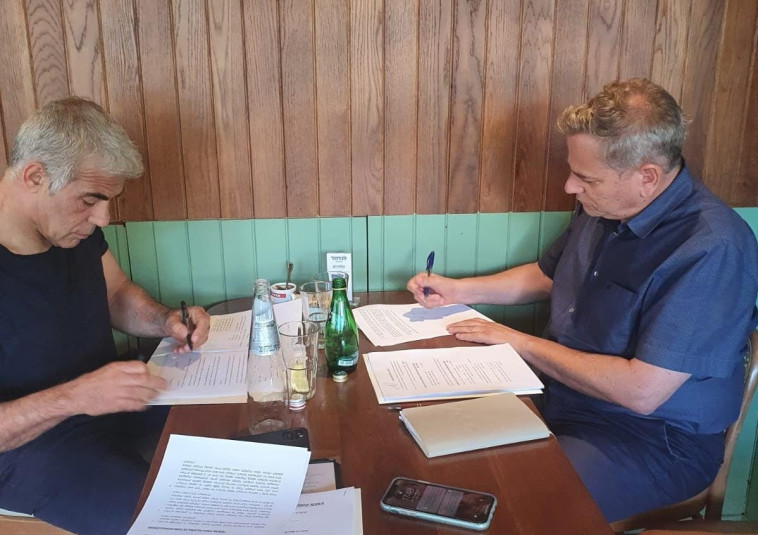 חתימת ההסכם בין לפיד להורוביץ (צילום: ללא)