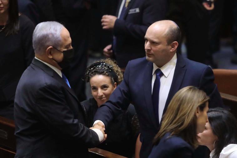 ראש הממשלה היוצא בנימין נתניהו, לוחץ את ידו של ראש הממשלה הנכנס, נפתלי בנט (צילום: מרק ישראל סלם)