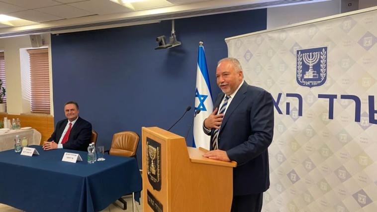 אביגדור ליברמן וישראל כ''ץ בחילופים במשרד האוצר (צילום: דוברות משרד האוצר)