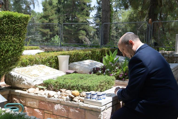 בנט עולה לקברו של עמנואל מורנו (צילום: עמוס בן גרשום, לע''מ)