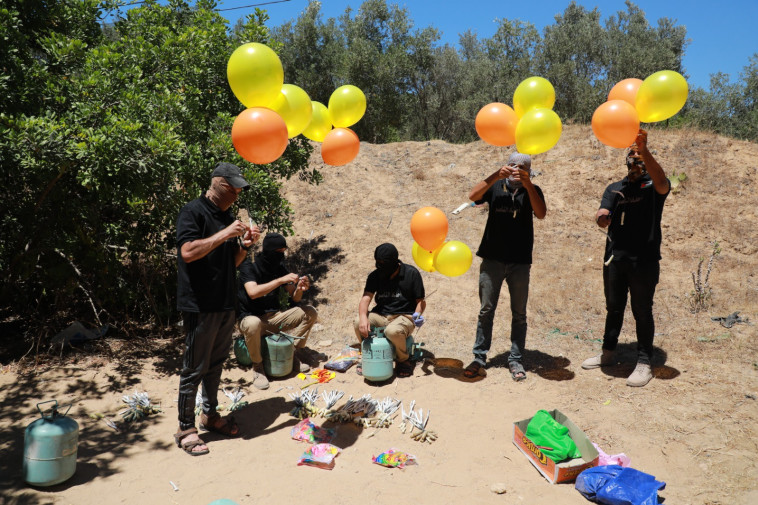 מחבלים מפריחים בלוני תבערה לעבר ישראל (צילום: מג'די פתחי/TPS)