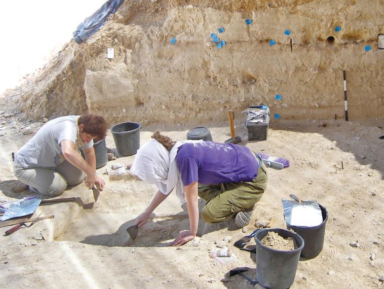 עבודת החפירה בנקודת המפגש (צילום: רשות העתיקות)
