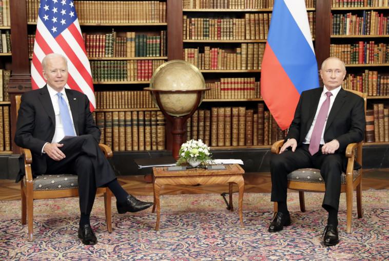 נשיא ארצות הברית ג'ו ביידן נפגש עם נשיא רוסיה ולדימיר פוטין (צילום: Sputnik/Mikhail Metzel/Pool via REUTERS)
