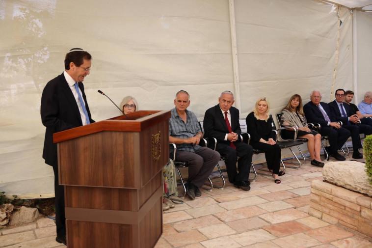 הנשיא הרצוג באזכרה של יוני נתניהו (צילום: ללא קרדיט)