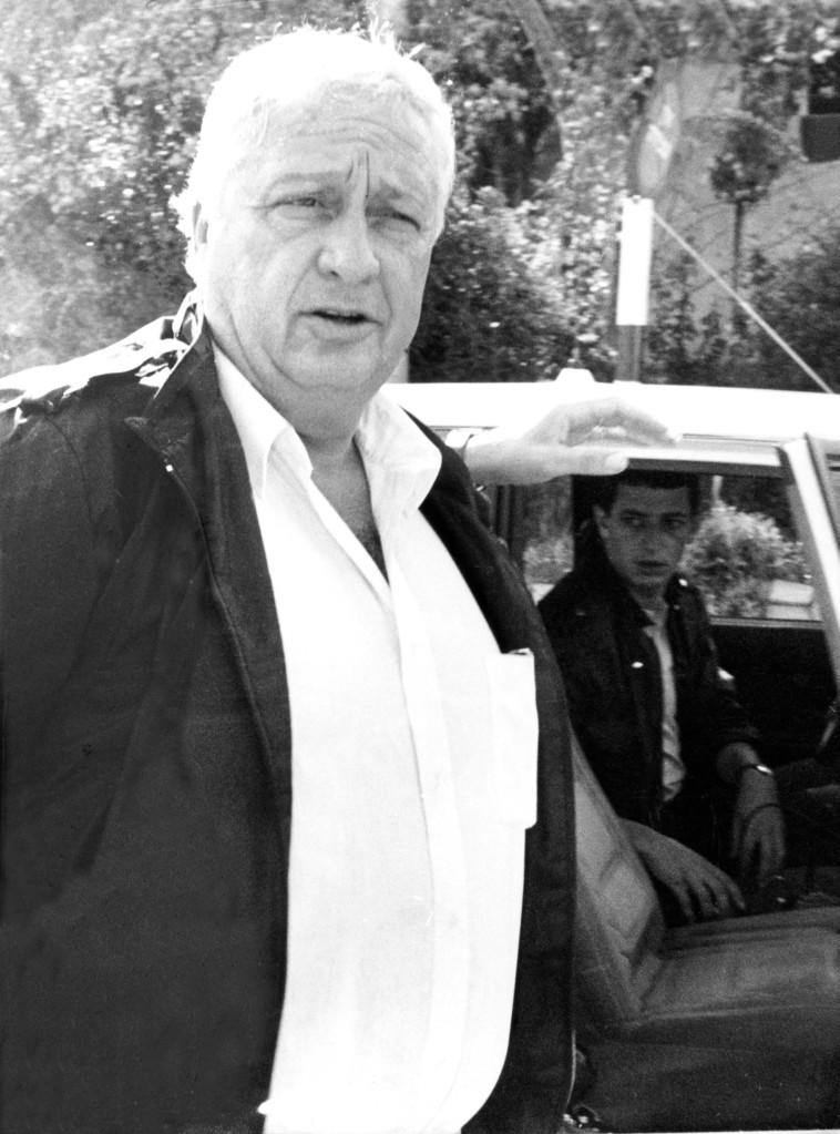 קובי הרוש לצד אריק שרון, שנת 1986 (צילום: יוסי זמיר, סקופ 80)
