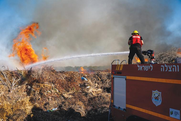 שריפה בעוטף עזה כתוצאה מבלון ששוגר מהרצועה (צילום: פלאש 90)