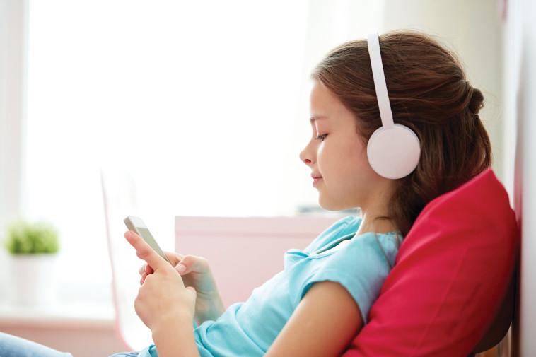 נערה גולשת בטלפון הנייד (צילום: אינגאימג)