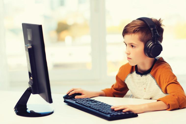 נער משחק במחשב (צילום: אינג אימג')