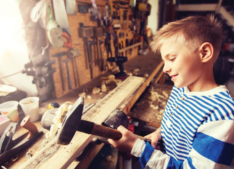 ילד אוחז בפטיש. נגרות לבני נוער (צילום: אינגאימג)